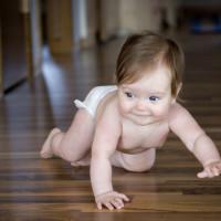 Non mettete in piedi il bambino prima del suo primo anno di vita